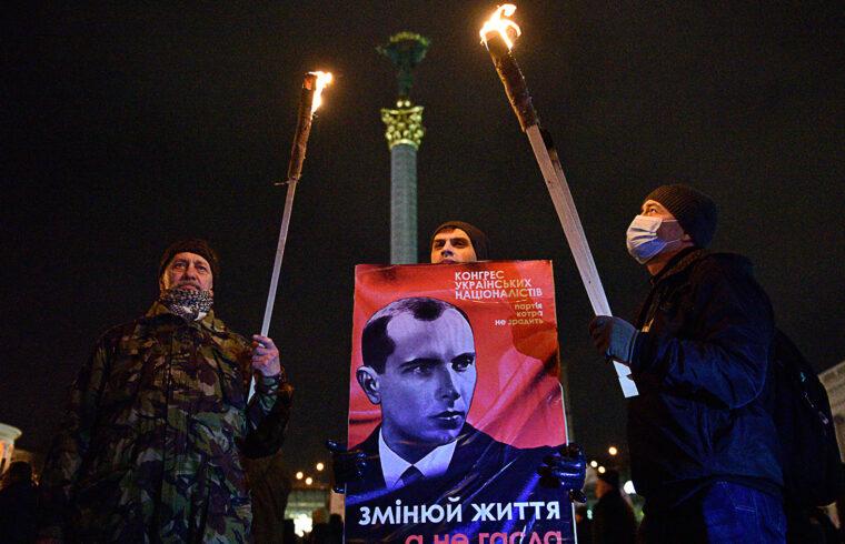 """""""Elég abszurd lenne, ha az idegengyűlölő, rasszista és antiszemita gyilkos Banderát éppen Volodimir Zelenszkij vitetné haza Ukrajnába, ám az államfő egyre szorultabb helyzetét és legutóbbi lépéseit látva már ezen sem lepődhetnénk meg"""" #moszkvater"""