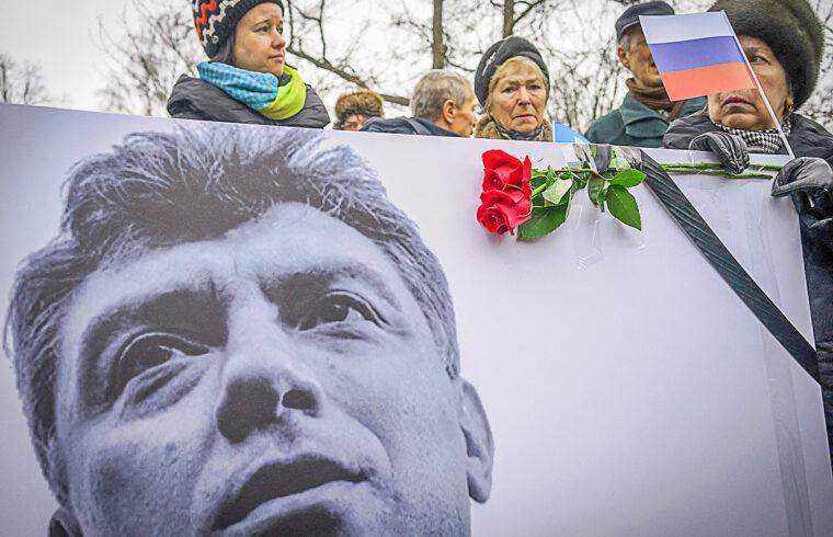 Borisz Nyemcovra emlékezők az őt ábrázoló transzparenssel Szentpéterváron, a gyilkosság utáni megemlékezésen 2015. márciusában #moszkvater