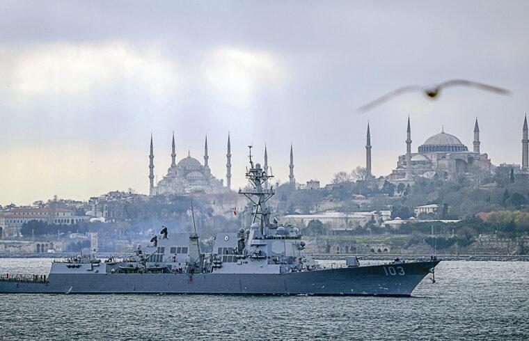 A USS Truxtun, egy Arleigh Burke osztályú USS Porter a Boszporusz öbölben Isztambul előtt 2014-ben #moszkvater