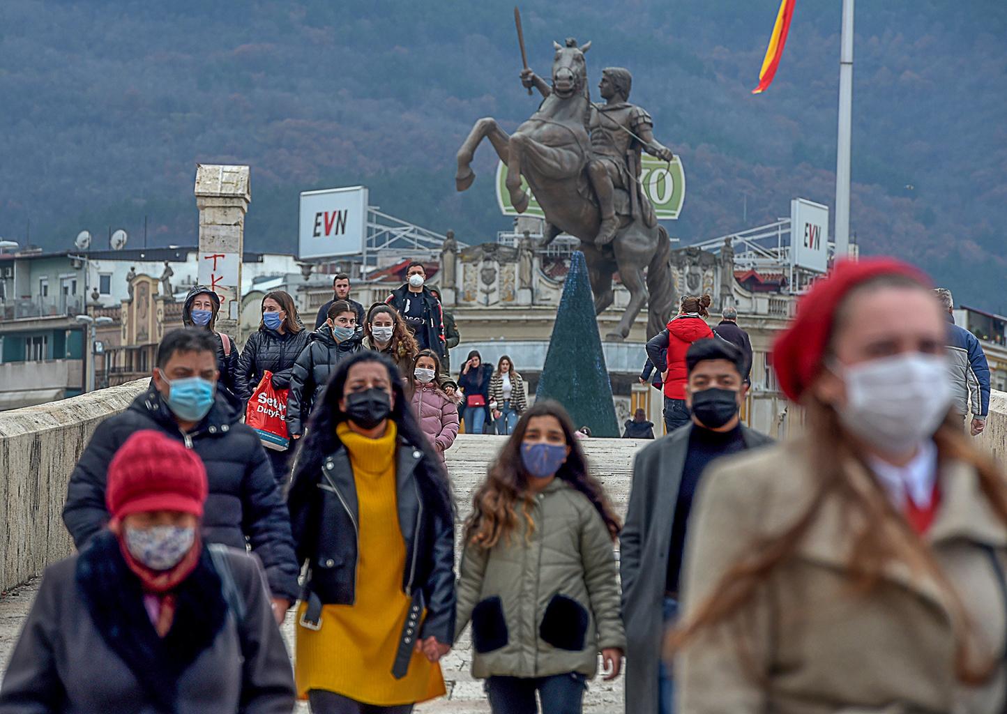 """Járókelők maszkban Szkopjéban 2020 decemberében. """"A veszély azonban, függetlenül a veszélyérzet csökkenésétől, nem múlt el"""" #moszkvater"""