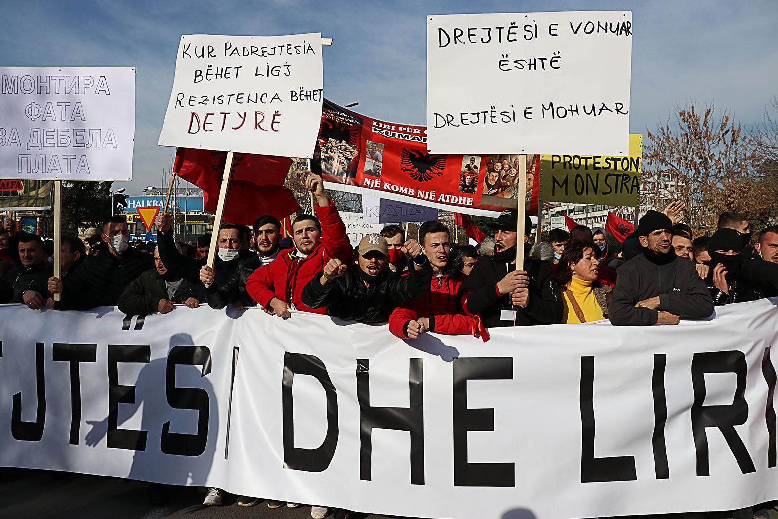 """Albán tüntetők tiltakozása Szkopjéban 2021. január 29-én, követelve az """"ártatlanul"""", politikai motivációk miatt megvádolt albán elkövetők szabadon bocsátását #moszkvater"""