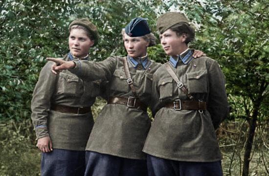 Az Éjszakai Boszorkányok alakulat tagjai 1945-ben, utólag színezett fotó Forrás:klimbim2014.wordpress.com/ #moszkvater