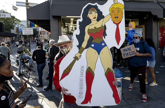 Wonder Woman fogja Donald Trump levágott fejét egy ünneplő tartotta plakáton egy utcai tüntetésen San Franciscoban 2020. november 20-án, Joe Biden megválasztásának bejelentése után #moszkvater