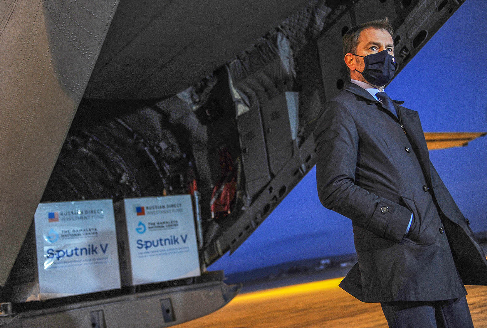Igor Matovic szlovák miniszterelnök maszkban várja az újságírók kérdéseit az első Oroszországból érkező Szputnyik V vakcina szűllítmány előtt a kassai repülőtáren 2021. március 1-én #moszkvater