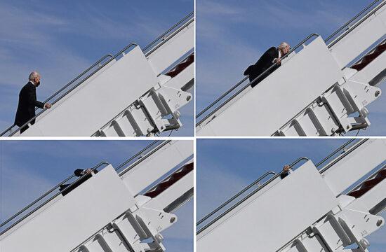"""Kombókép Joe Biden amerikai elnök """"botlásáról"""", amikor a marylandi Andrews légitámaszponton az elnöki gép lépcsőjén többször is elesett #moszkvater"""