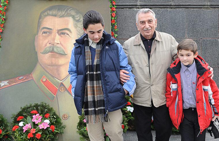 Sztálin unokájsa, Jevgenyij Dzsugasvili (középen) az ő unokáival pózol Gori főterén 2009. december 21-én, Sztálin születésének 130-ik évfordulójára rendezett megemlékezésen #moszkvater