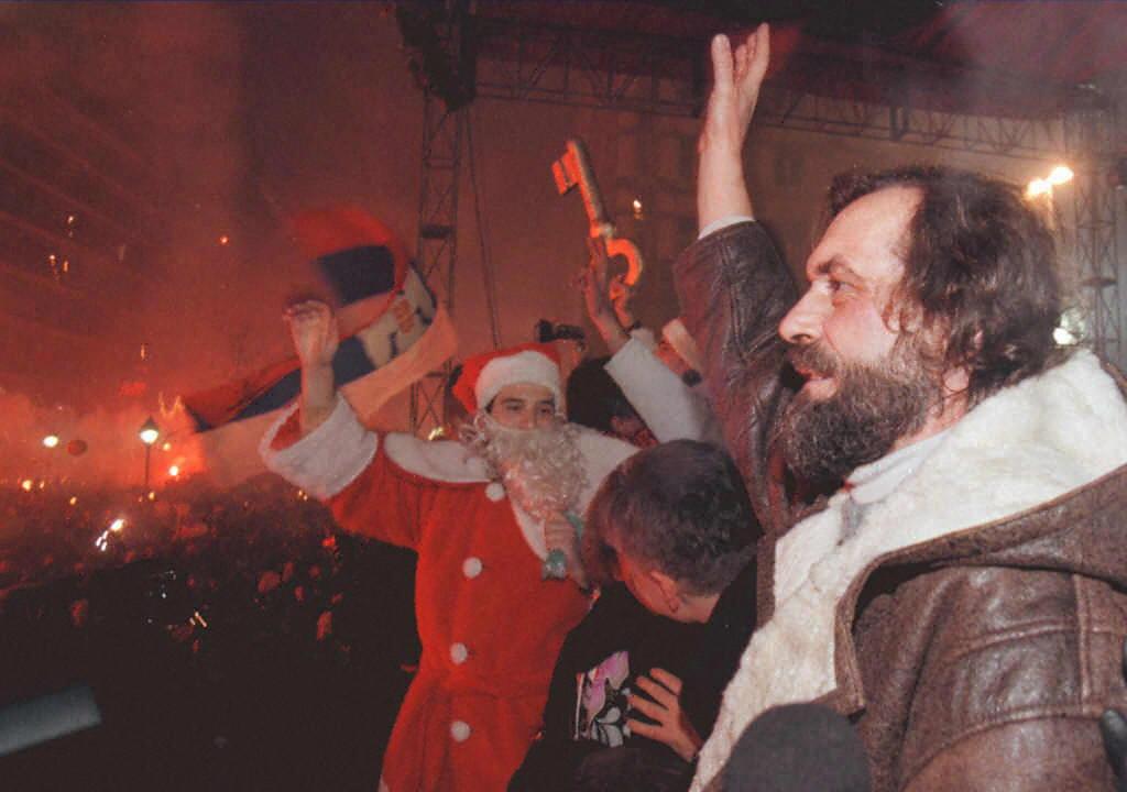 Vuk Draskovic híveivel együtt 1997-ben Belgrádban ünneplik az új évet #moszkvater