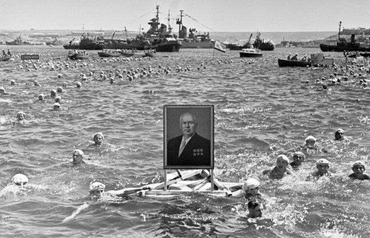 """""""a Dél-Oroszországban született, fiatal korát a Krímben töltő Hruscsovot megrázták az 1953 októberében Szimferopolban tapasztalt katasztrofális állapotok, s a látottak hatása alatt Kijevbe utazva döntött az ajándékozásról"""" #moszkvater"""