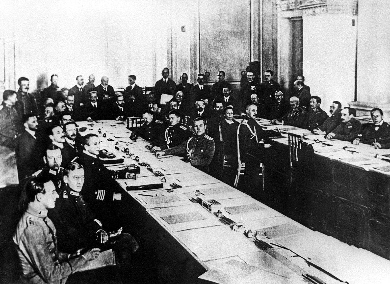 """""""A Trockij vezette orosz delegáció számára megjött a bolsevik pártvezetés ukáza, mindenképpen a háborúból való kilépés, és a mindenáron való békekötés a cél"""" #moszkvater"""