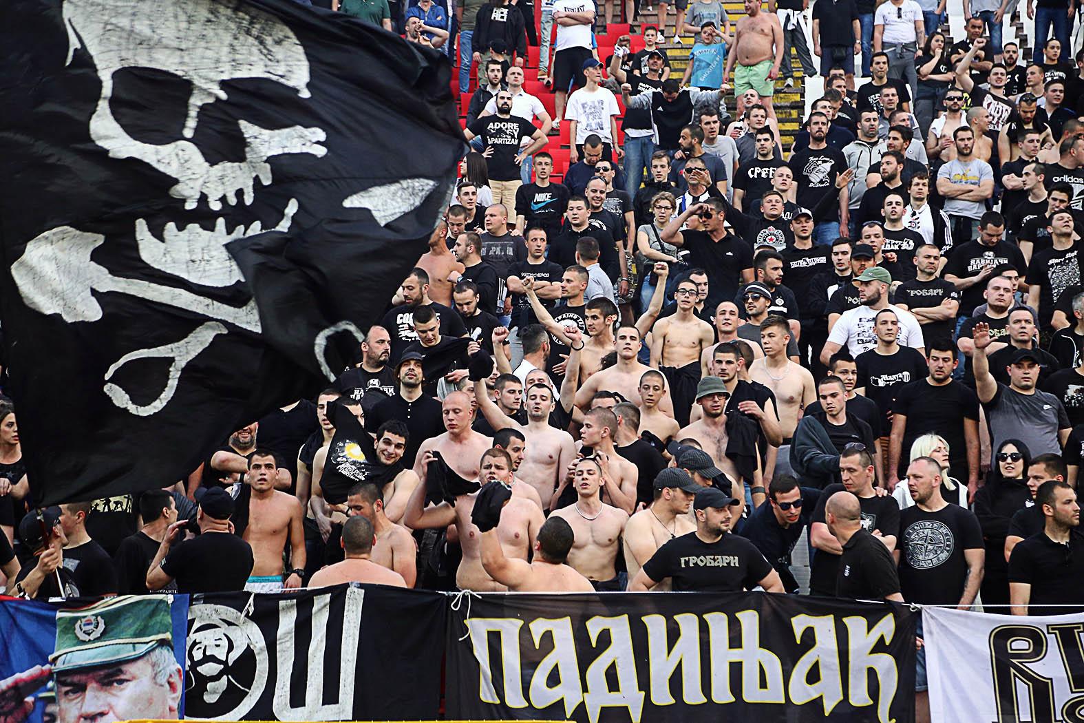 """""""A védelem miatt ezen csoportok, főként a két nagy rivális (a már említett Partizán és Czvena Zvezda) csapat keménymagjai fokozatosan intézményesültek, státuszukat hivatalossá téve a nagy sportklubok őrző-védő cégeivé váltak"""" #moszkvater"""