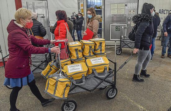 Háziorvosoknak szánt, hűtőtáskákban lévő Sinopharm kínai gyógyszergyártó cég koronavírus elleni oltóanyagát pakolják a fővárosi kormányhivatal munkatársai az intézmény parkolójában, a XIII. kerületi Teve utcában kialakított logisztikai bázison 2021. március 24-én. A bázisról 55 ezer Sinopharm-vakcinát szállítanak ki 918 praxisba 30 autóval. MTI/Máthé Zoltán #moszkvater
