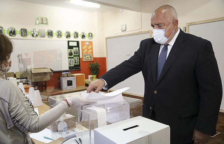 Bojko Boriszov leadja szavazatát a bolgár parlamenti választáson Szófiában 2021. április 4-én #moszkvater