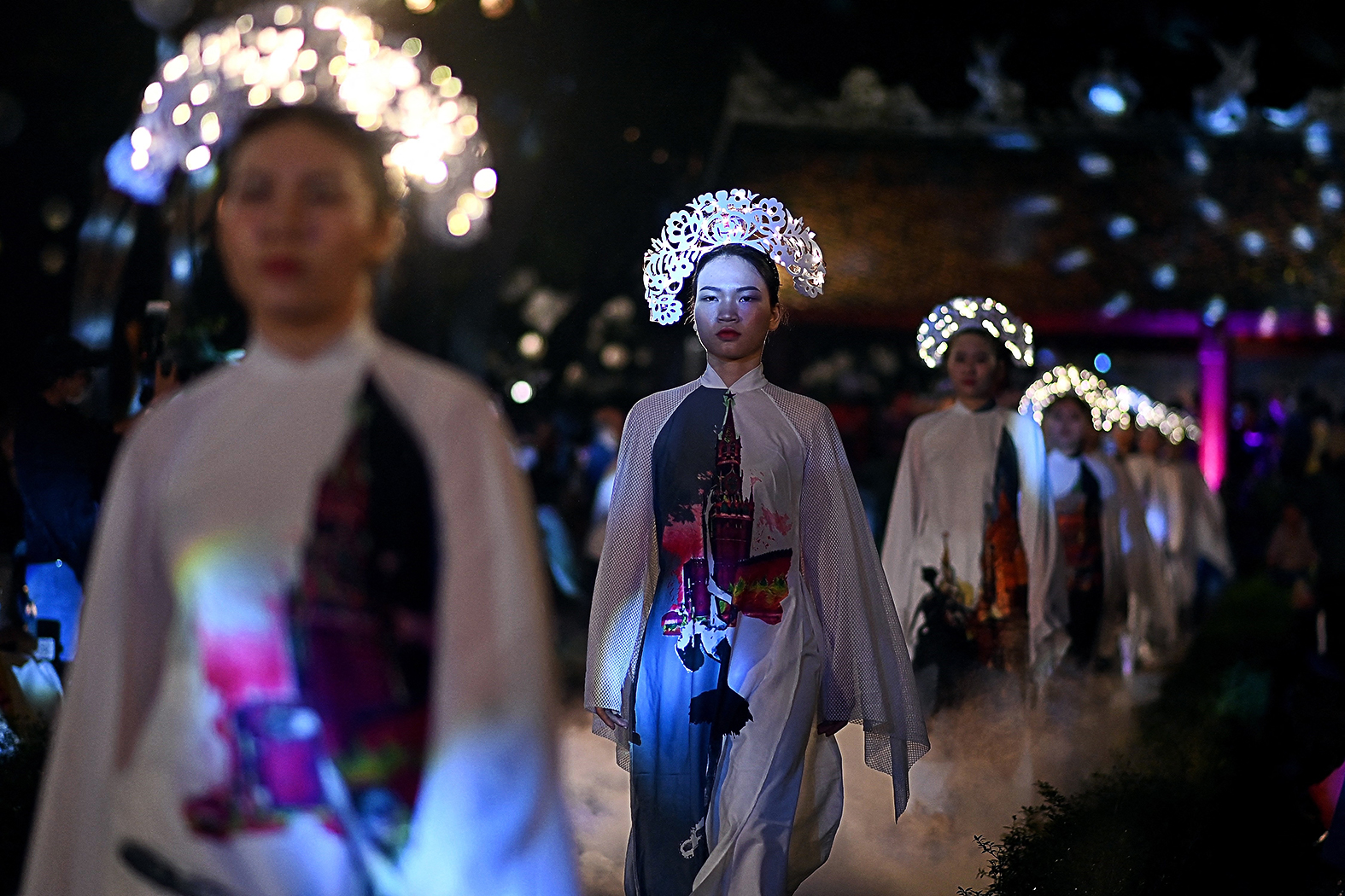 Oroszország ihlette hagyományos Ao Dai ruháit mutatta be Minh Han vietnami divattervező egy Hanoiban rendezett divatbemutatón 2021. április 9-én #moszkvater
