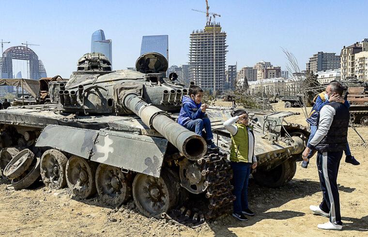Egy fiú tiszteleg egy tank előtt, amikor családjával együtt meglátogatja a Katonai Trófea Parkot, amelyben az örmény csapatoktól lefoglalt katonai felszereléseket mutatják be az elmúlt évi háborúban Hegyi-Karabah régióban, Bakuban, 2021. április 15-én #moszkvater