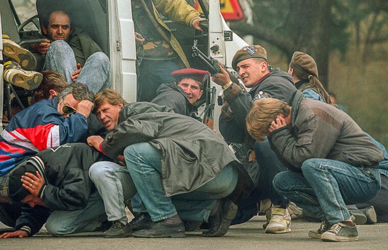 A boszniai különleges erők katonája 1992. április 6-án viszonozza a tüzet Szarajevó belvárosában, amikor ő és a civilek szerb mesterlövészek tüzébe kerülnek #moszkvater