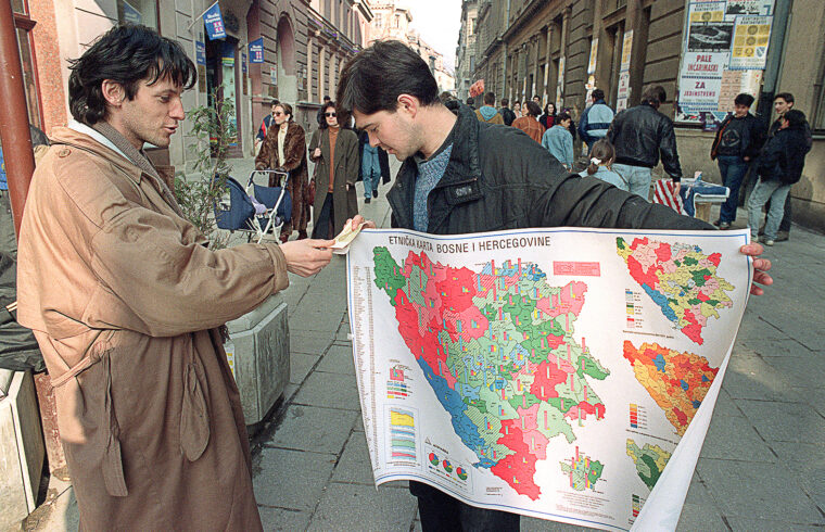 Bosznia etnikai térképét tartja egy utcai árus a lehetséges vevőnek Szarajevóban 1992. márciusában #moszkvater