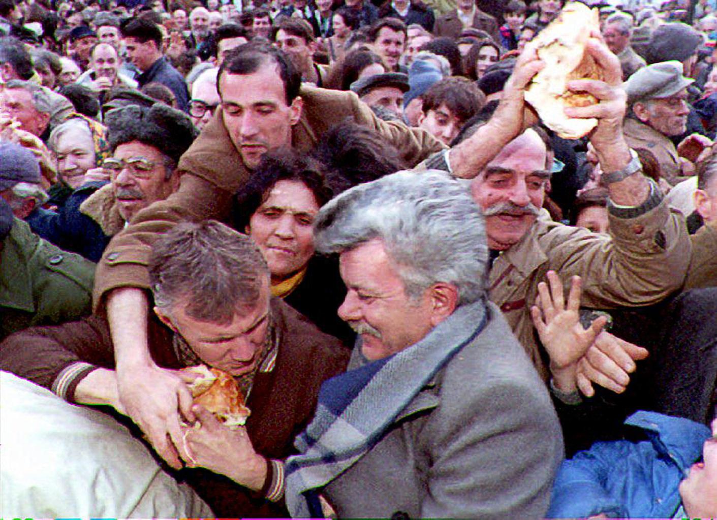 Ingyenes kenyérosztás Belgrádban az ortodox karácsony előestéjén 1994. január 6-án #moszkvater