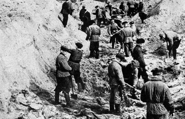 A katyni vérengzés helyszínén exhumálják a kivégzett lengyel tiszteket 1943. áprilisában #moszkvater