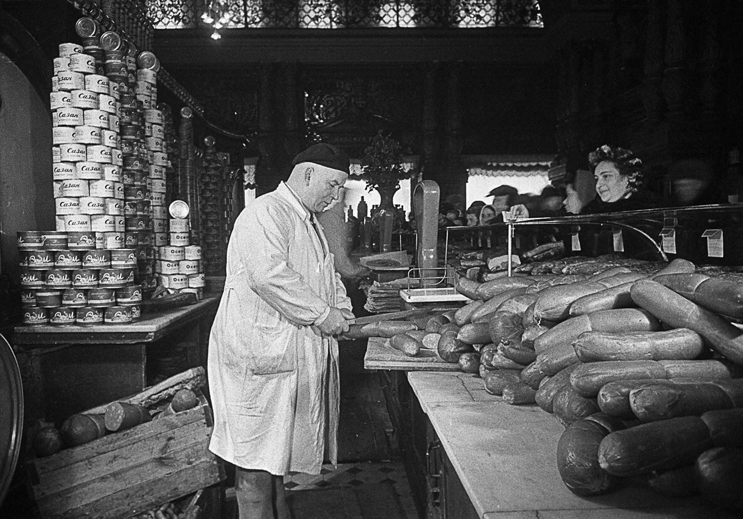 Kolbászpult a Jeliszevszkij csemegeboltban 1952-ben #moszkvater