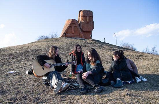 """""""Karabah lakossága a mostani háború előtt nagyjából 150 ezer fő volt, akik viszonylagos jólétben éltek. Az állandó fenyegetettség dacára az egy főre jutó jövedelem picit magasabb volt az Örményországinál"""" #moszkvater"""