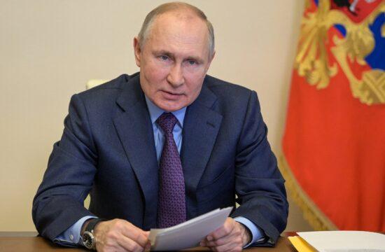 """""""Vlagyimir Putyintól most a világ a geopolitikai kihívásokra várja a választ, míg a választók a járvány csendesülése után a gazdaság újraindításának mikéntjére, és főképp a romló szociális helyzet kezelésének módjaira kíváncsiak. A helyzet jól mutatja, hogy Moszkva geopolitikai ellenlábasai mennyire nem adnak esélyt Oroszországnak saját belső problémáinak a kezelésére"""" #moszkvater"""
