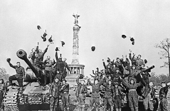Szovjet harckocsizók ünneplik a náci Németország felett aratott győzelmet Berlinben 1945. április 30-án #moszkvater