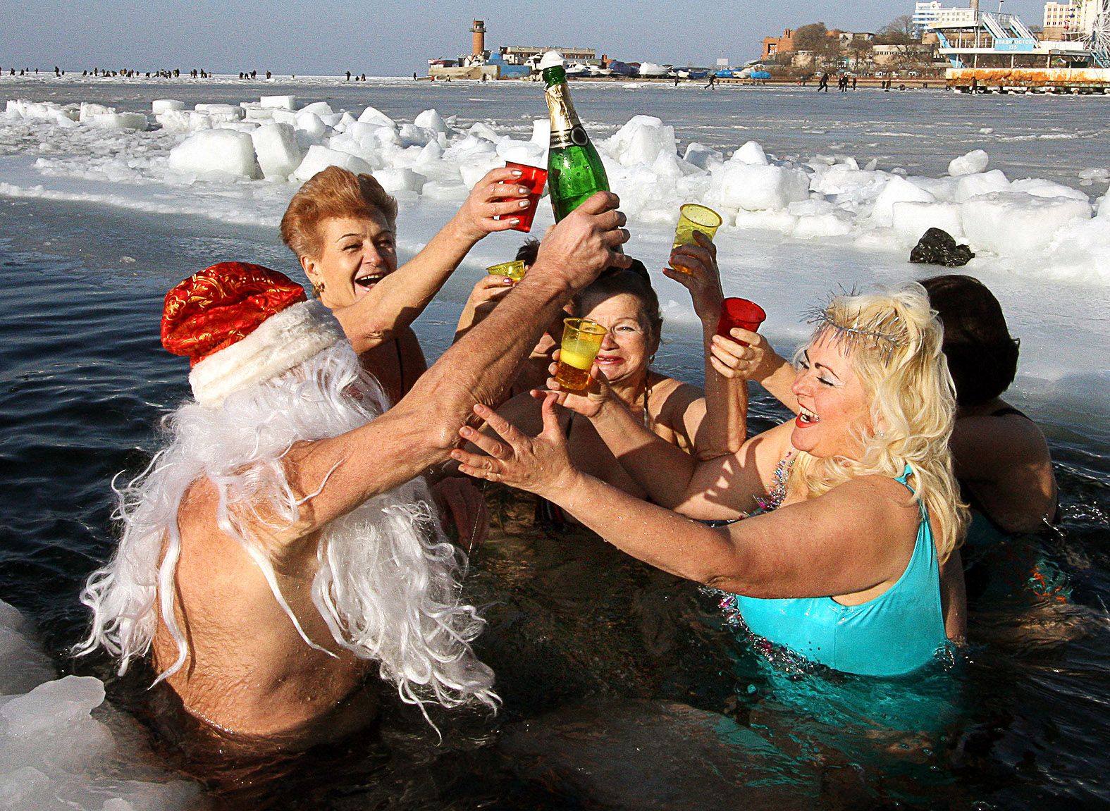 Pezsgővel ünnepli az új évet a vlagyivosztoki Rozmár klub 2009-ben #moszkvater