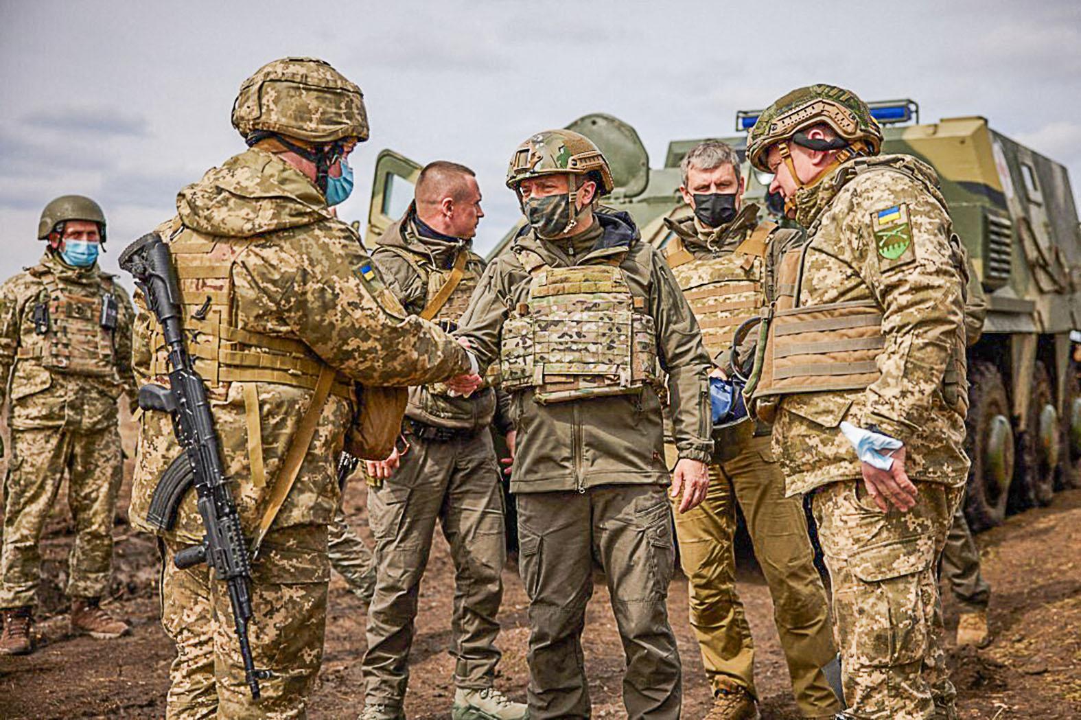 """""""A hadsereg főparancsnokaként a kelet-ukrajnai frontvonalra utazott, és a harci kedvet erősítette Volodimir Zelenszkij ukrán elnök. Közben a <békét veszélyben látva> Kijevbe sietett a lengyel külügyminiszter, Vlagyimir Putyin pedig Angela Merkellel egyeztetett. Egymást érik a kölcsönös vádaskodások"""" #moszkvater"""