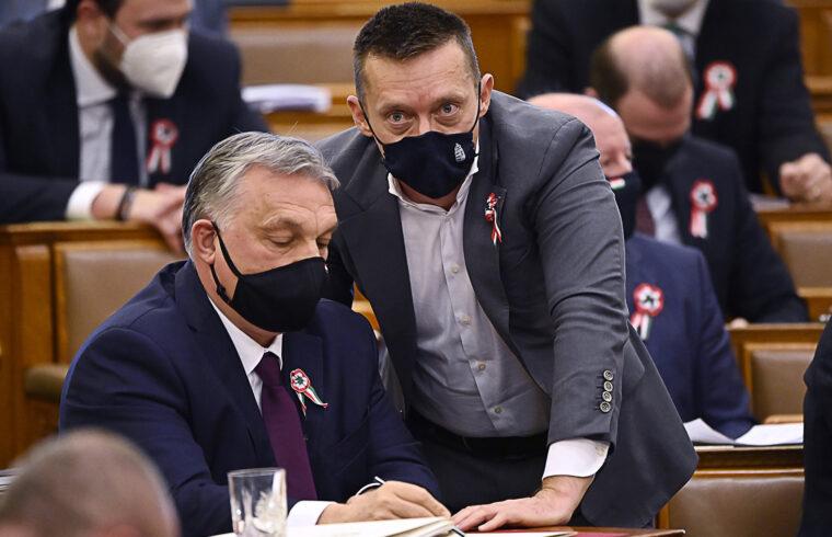 """""""Eljött az ideje - fogalmaz Scott Cullinane -, hogy a NATO és az Egyesült Államok vezetői nyilvánosan kimondják - amit már rég megtettek egymás között -, hogy a jelenlegi magyar kormány cselekedetei mind otthon, mind Ukrajnával kapcsolatban ellentétesek a NATO iránti elkötelezettségükkel és nem viszonozzák az Egyesült Államok elkötelezettségét Magyarország iránt"""" A képen Orbán Viktor miniszterelnök (b) és Rogán Antal, a Miniszterelnöki Kabinetirodát vezető miniszter az Országgyűlés plenáris ülésén 2021. március 16-án #moszkvater"""