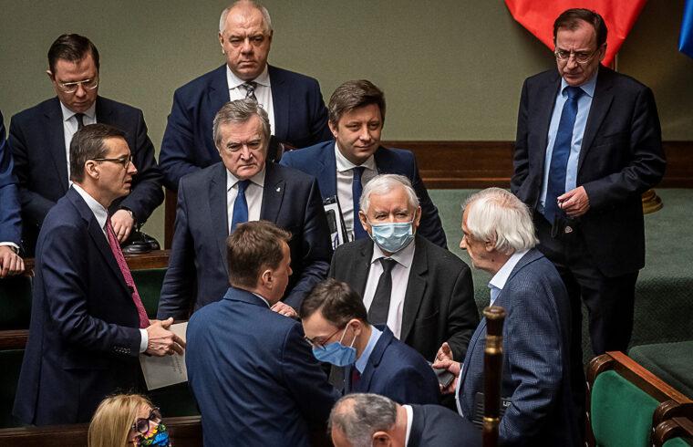 """""""Az Egyesült Jobboldal nevű összefogás vezető ereje, a Jog és Igazságosság (PIS), valamint a parlamenti többséget biztosító két törpe párt között egyre mélyülő szakadék azonban immár európai újjáépítési terv lengyel ratifikációját fenyegeti"""" #moszkvater"""