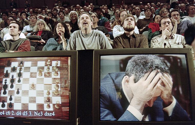 """""""Ez volt az akkor már 12 éve világbajnok Kaszparov pályafutásának legrövidebb veresége. Az orosz világbajnok nem akart hinni a szemének, amikor kénytelen volt feladni a meccset, a történelmi párharcot, majd igencsak feldúltan kiviharzott a teremből"""" #moszkvater"""