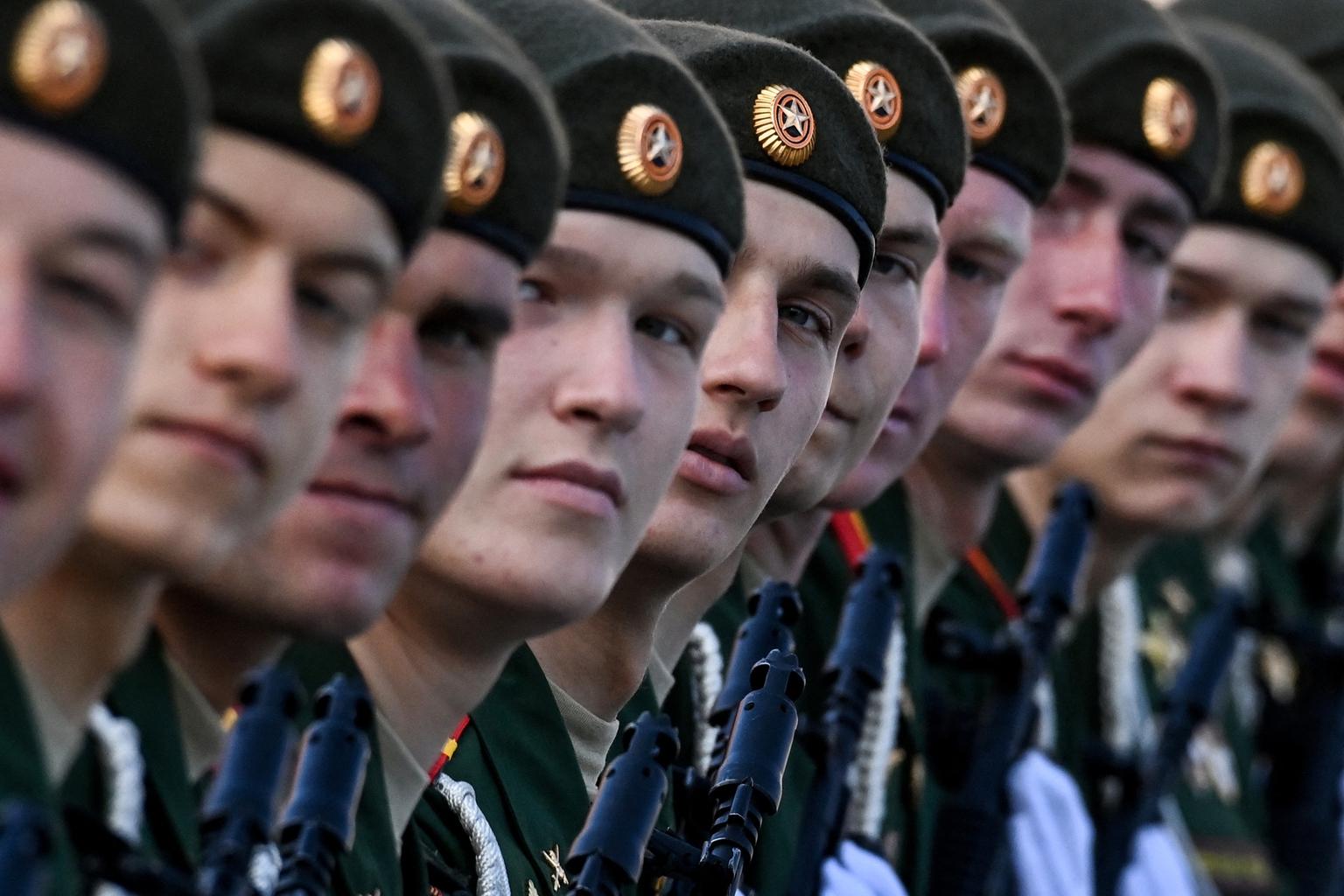 """""""Oroszország szerte a hadsereg 60 ezer tagja, 300 repülőgép és 1800 szárazföldi jármű kíséretében vesz részt a Győzelem napjának megünneplésében"""""""
