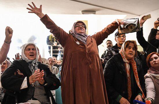 A srebrenicai vérengzés áldozatainak hozzátartozói reakciója a potocari emlékhelyen, miközben a hágai törvényszék élő közvetítését nézik Ratko Mladics ítélethirdetéséről 2017. november 22-én #moszkvater