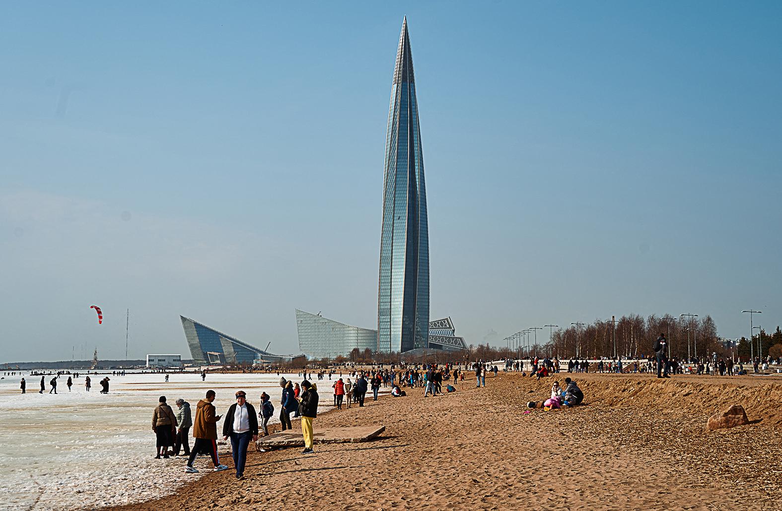 """""""A Lahta Centert 2019-ben fejezték be, s máris itt a folytatás, az elsőtől nem messze tervezett még gigantikusabb épület, amely Szentpétervár alapításának évéről 703 méter magasra épülne, vagyis az egész világon csupán egy felhőkarcoló előzné meg, a 828 méteres dubaji Burdzs Kalifa. A felhőkarcoló a kilátó (590 méter) és a legfelső használatba vett emelet magassága tekintetében az első lenne a világon"""" #moszkvater"""