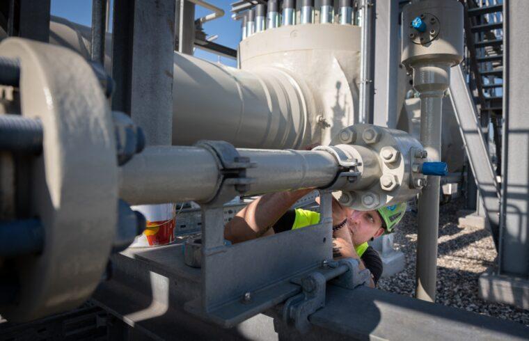 Mérnök dolgozik a németországi Lubminban található gázátadó-telepen 2021. március 22-én #moszkvater