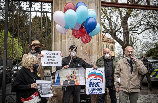 A vrbeticei fegyverraktár robbanás állítólagos orosz titkosszolgálati szála miatt tiltakozók a prágai orosz nagykövetség előtt 2021. április 19-én #moszkvater