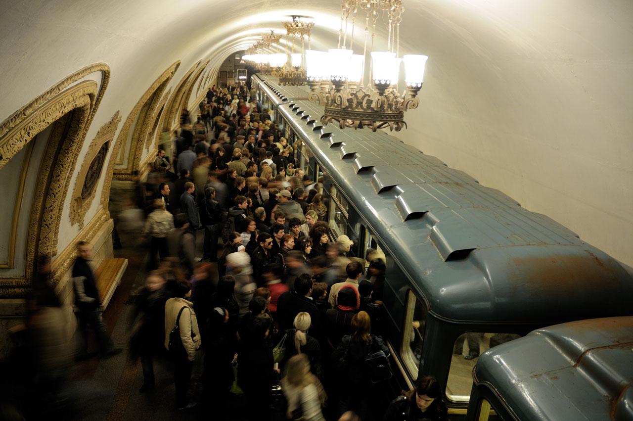 """""""A civilek számára viszont csak 1935. május 15-én adták át ünnepélyes keretek között aSzokolnyicseszkaja vonalSzokolnyiki–Park Kulturiszakaszát, amely a teljes tervezett útvonalból 11,2 kilométert tartalmazott 13 állomással, és a vonalon 12 metrószerelvény közlekedett, egy vonat pedig négy szerelvényből állt. A metró legfeljebb 80km/h sebességgel haladhatott két állomás között"""" #moszkvater"""