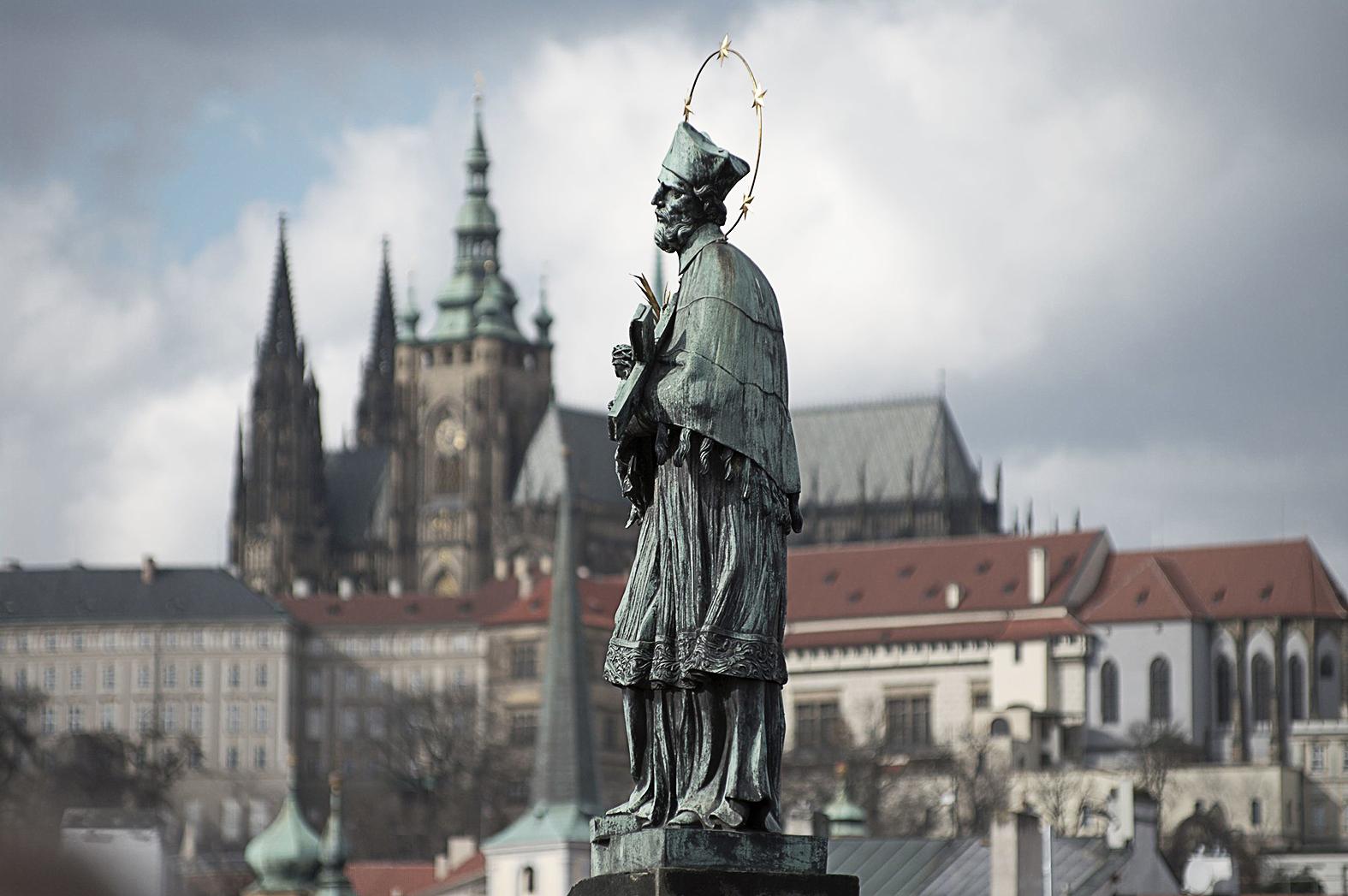 Nempomuki Szent János szobra a prágai Vencel hídon #moszkvater