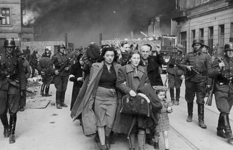 """""""Aztán minden hirtelen élesre fordult, amikor Pészach napján, 1943. április 19-én 850 jól felszerelt német katona berontott a gettóba, és szisztematikusan nekilátott a felszámolásának"""" #moszkvater"""