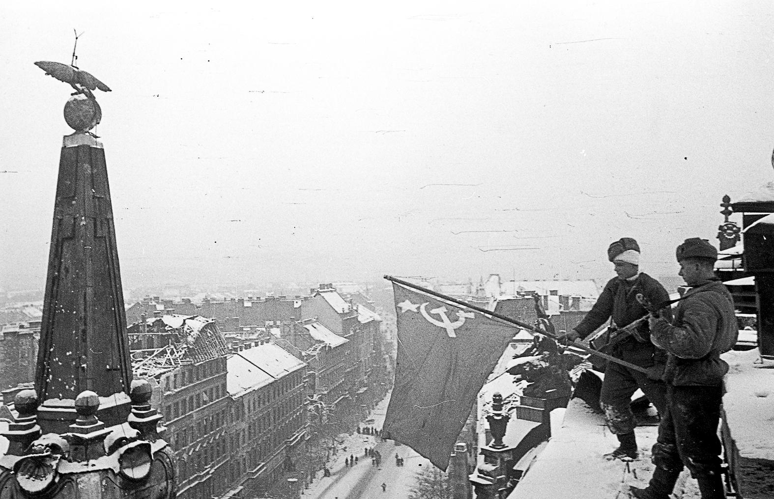 Szovjet katonák tűzik ki a vörös zászlót az Erzsébet körúti New York palota tetejére Budapest felszabadításakor 1945. április 4-én #moszkvater