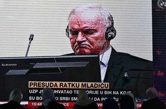 A srebrenicai vérengzés áldozatainak hozzátartozói nézik Ratko Mladics hágai bíróság előtti perét egy kivetítőn 2021. június 8-án Potocariban #moszkvater