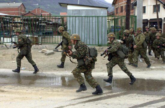 Macedón fegyveresek Tetovo közelében albán gerillák ellen vonulnak 2001-ben #moszkvater