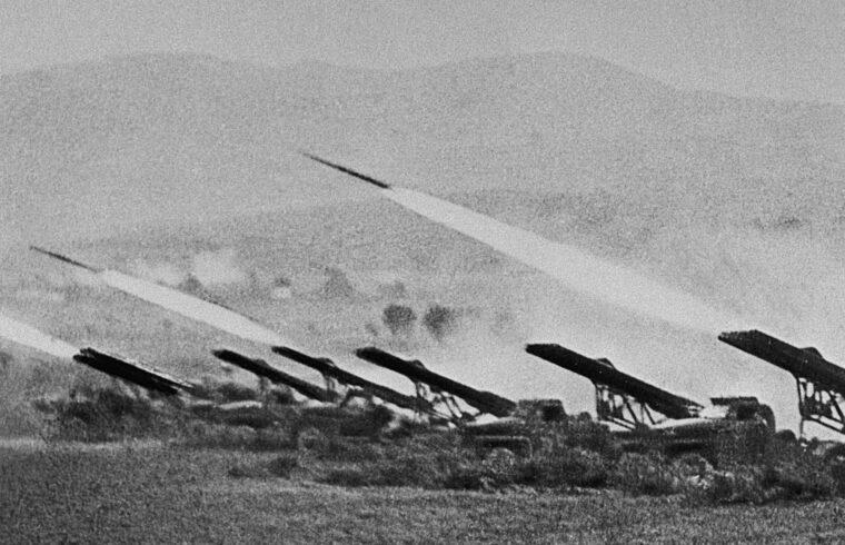 """""""Aztán 1939 augusztusában jöttek rá arra, hogy a tűzerő maximalizálását úgy érhetik el, hogy több szárazföldi indítósínes eszközt fejlesztenek ki"""" #moszkvater"""