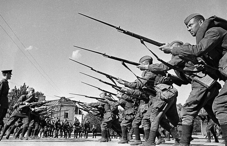 A Vorosilov-ezred gyakorlatozik 1941-ben, mielőtt a frontra vonulnának a katonák #moszkvater