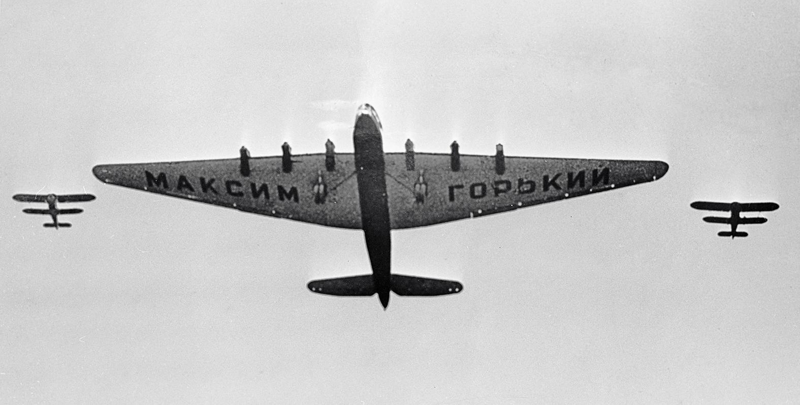 A Makszim Gorkij 1934. május 1-jén, egy évvel a lezuhanását megelőzően, hasonló formációban mint a tragédia idején #moszkvater