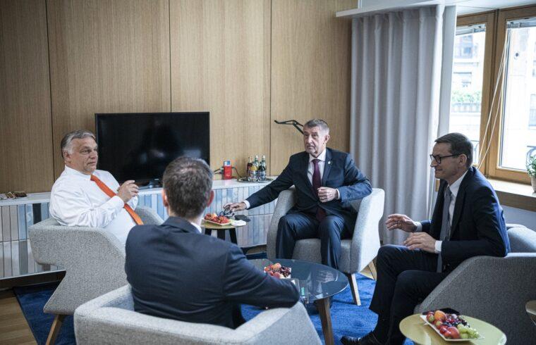 A Miniszterelnöki Sajtóiroda által közreadott képen Orbán Viktor magyar, Eduard Heger szlovák (háttal), Andrej Babis cseh és Mateusz Morawiecki lengyel miniszterelnök (b-j) a visegrádi országok (V4) kormányfőinek egyeztetésén a kétnapos brüsszeli EU-csúcs előtt 2021. június 24-én. MTI/Miniszterelnöki Sajtóiroda/Benko Vivien Cher #moszkvater
