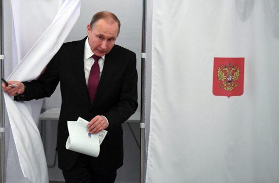 Vlagyimir Putyin kilép a szavazófülkéből a 2018-as elnökválasztáson #moszkvater