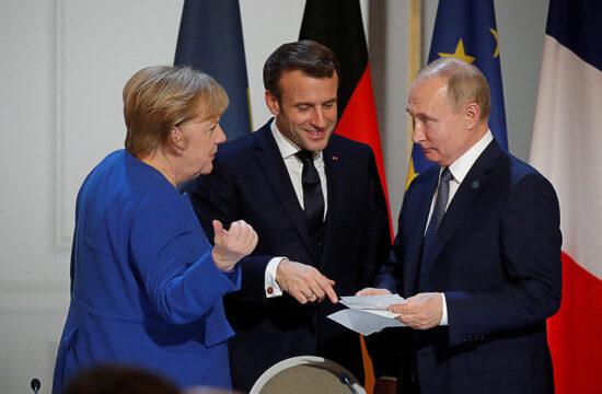 Angela Merkel, Emmanuel MAcron és Vlagyimir Putyin beszélgetnek az Elysée-palotában, Párizsban 2019. december 9-én #moszkvater