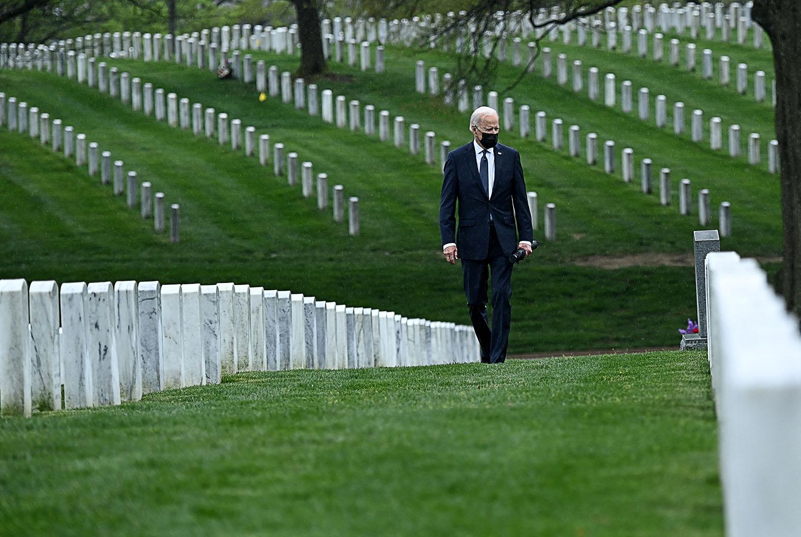 Joe Biden amerikai elnök látogatása az arlingtoni katonai temetőben, hogy tiszteletét tegye az Afganisztánban elesett amerikai katonákat 2021. április 14-én #moszkvater
