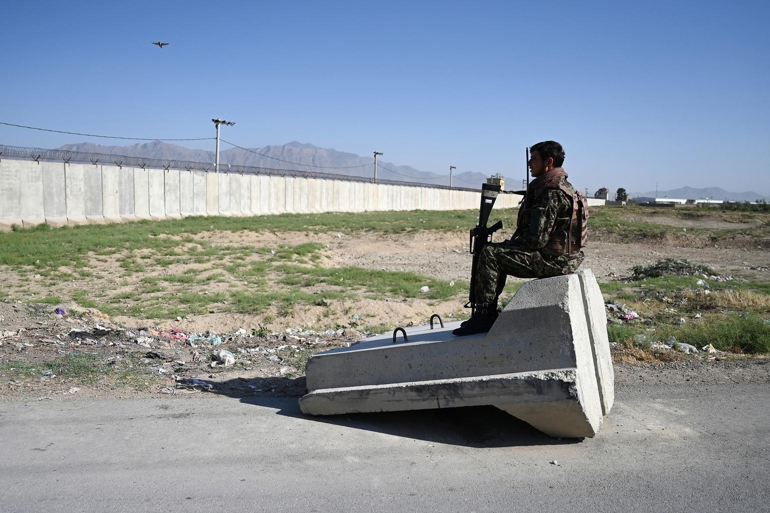 Az afgán nemzeti hadsereg egy katonája posztol egy ellenőrzőponton az amerikai hadsereg bagrami katonai bázisa közelében 2021. július 1-én #moszkvater